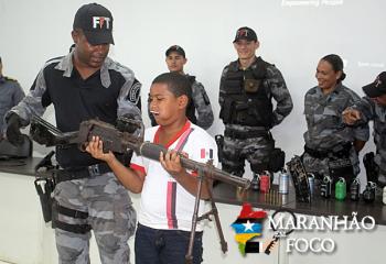 Polícia Militar recebe alunos em programação alusiva ao Dia do Soldado