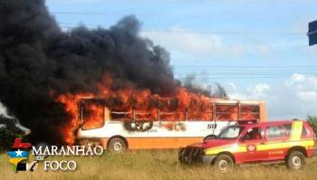 Ônibus pega fogo próximo à UFMA hoje pela manhã (21/03) em São Luís